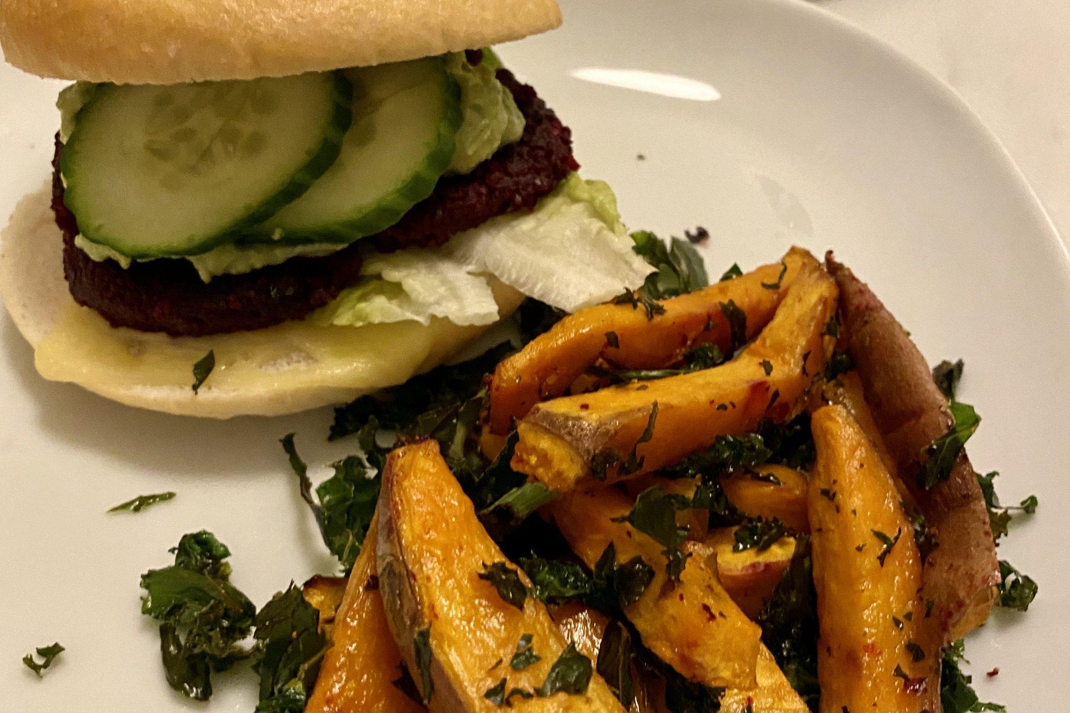Rødbetburger m/søtpotet og grønnkål